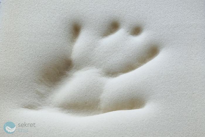 Odbita dłoń na piance termoelastycznej Viscofoam Pneumatic Materac Mollyflex Argento Therapy